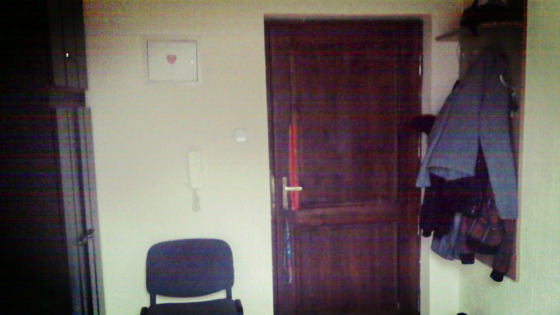 Pierwsze dni w mojej kawalerce. Dziurę w drzwiach zakleiłem taśmą i jakoś do przodu. Dziś się z tego nawet śmieję, bo w moim mieszkaniu mam nawet samozamykacz 🙂.