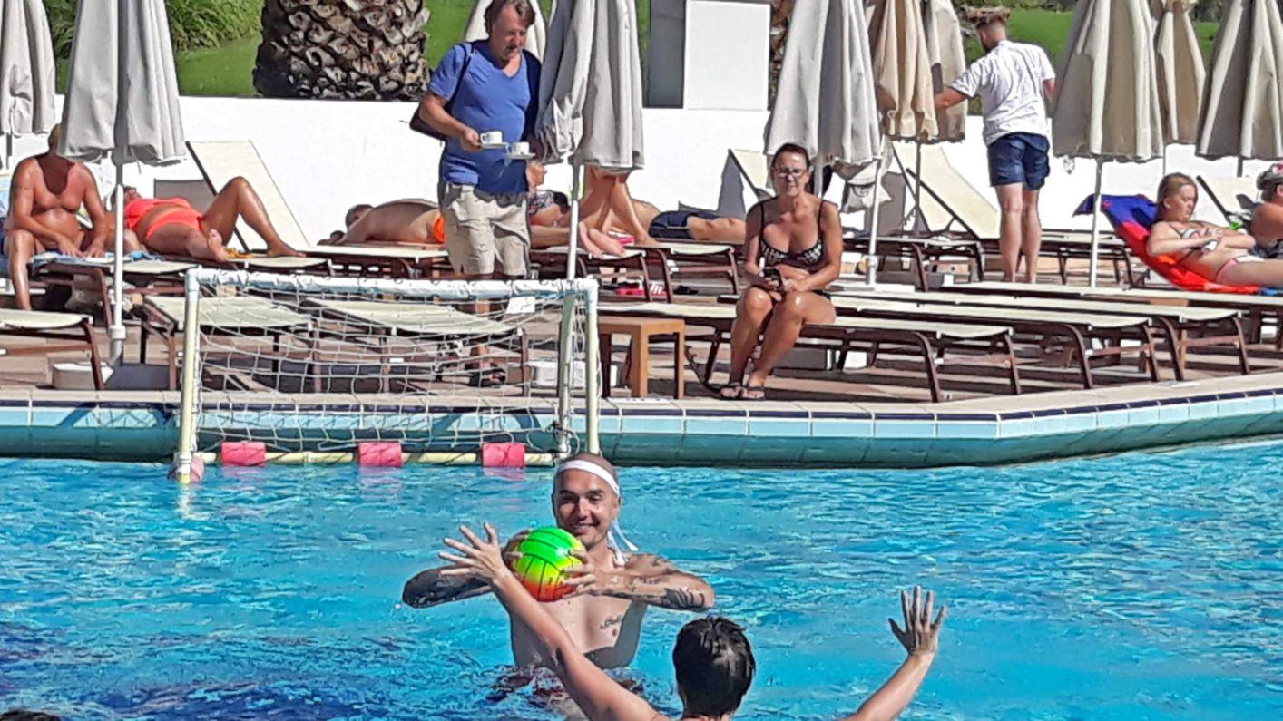 Gra w basenie przeciwko małej drużynie turystów z Niemiec to rewelacyjne doświadczenie. Niestety mało kto miał ochotę zagrać i większość turystów woli leżeć na leżaku.